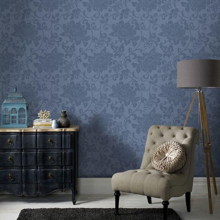 Schicke Kombination von Tapeten mit Blumenmuster und Vintage Möbeln