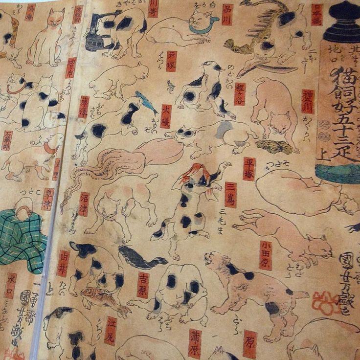 """Вчерашняя дата 2-22 - ежегодно отмечается японскими кошатниками и к ним примкнувшими как неофициальный день кошек. Все дело в созвучии: два по-японски """"ни"""" похоже на """"ня"""" - японское мяу. Ня-ня-ня - День """"мяу-мяу-мяу"""" - 22 февраля. По случаю - редкая карикатурная гравюра Куниёси о трех листах изображающая станции старинного тракта между двумя столицами. Позы кошек обыгрывают топографические названия. Например отправная точка Нихонбаси изображена кошкой с двумя брусками (читается """"нихон"""")…"""