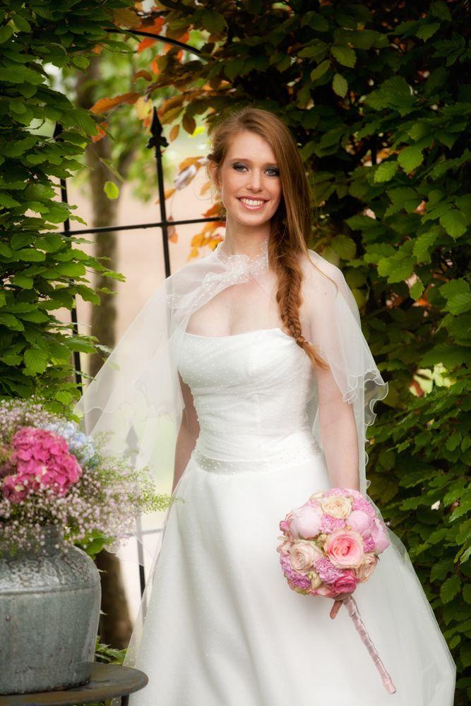 Deze trouwjapon van het bruidsmerk Difference is geïnspireerd op de vintagestijl van de jaren '50: strakke taille, fijne tule met polka dots en een perfecte pasvorm. De bijpassende cape als alternatief op de sluier maakt het plaatje compleet!   Kijk voor meer modellen op www.bruidsmode-veenendaal.nl