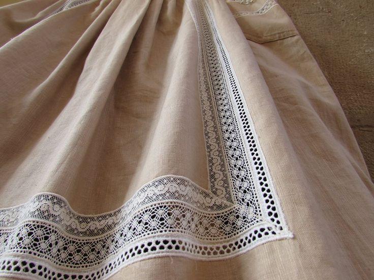 Delantales tradicionales realizados con telas de lino, combinando puntillas de diferentes estilos: valenciennes, bolillo, bordo y vainicas hechas a mano