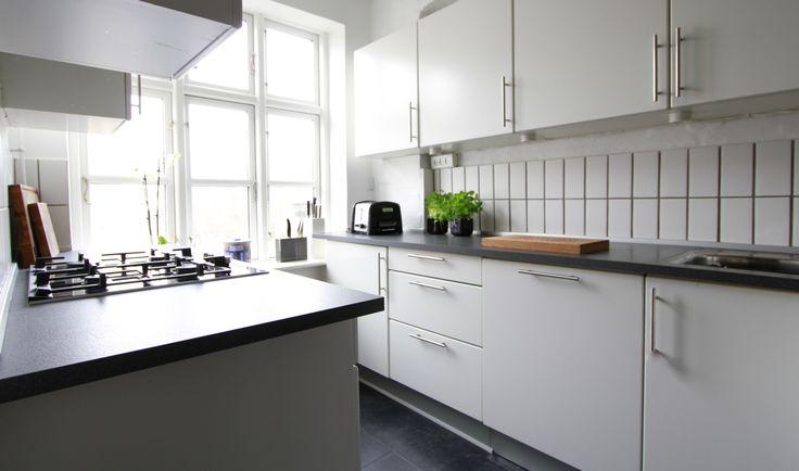 Efter makeover - Ny bordplade, ny låge på opvaskemaskine, nyt komfur og kogeplader.