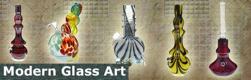 Moderne Bongs sind bereits in der Konzeption ein Wunderwerk an Rauchsporttheorie und – dank fortgeschrittener Glasverarbeitungstechnik – auch in praktischer Hinsicht eine extrem tolle Sache. Was ein bißchen verloren geht, ist das Old-School-Feeling vergangener Tage, als man kaum zwei identische Pfeifen in einer Stadt antreffen konnte. Im Zuge eines kleinen Revivals sind die Glass Art- und Hüttenglaspfeifen aber wieder groß im Kommen und versprechen farbige Träume …