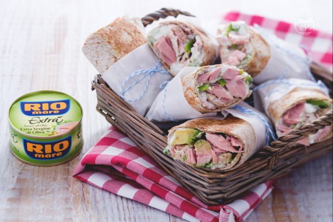 Ricetta Wrap di tonno e avocado con salsa allo yogurt e daikon - La Ricetta di GialloZafferano