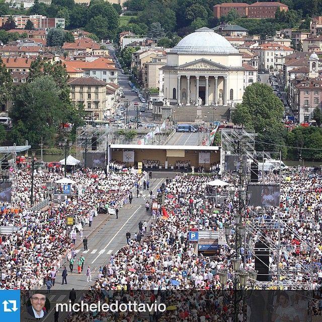 cittaditorino #Repost micheledottavio #adessoatorino #piazzavittorio di nuovo gremita per il ritorno del Papa #BenvenuToFrancesco #PapaTo #Torino #buenavistaphoto
