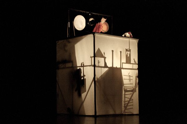 This is an awesome piece by Toni Rumbau. I love the shadow puppetry more than the punch and judy, but still :)