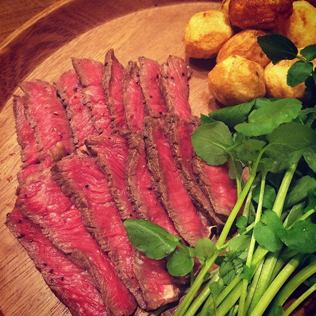 * 昨日の#夜ごはん * パパちゃんに何を食べたいか聞いたら…肉!肉!肉! ということで#和牛のモモステーキ * パパちゃんレア好きなので焼き具合いつも悩むけどお気に召されたようで良かった * 味付けは#岩塩 と#ブラックペッパー だけ * #私はミディアム派 #和牛#ステーキ#モモステーキ#レア#肉#牛肉#赤身#赤身肉#モモ肉#肉食#おうちごはん#おとなごはん#夕食#よるごはん#晩ご飯#おいしい#クレソン#新じゃが#手作り#もぐー#mogoo#delimia#pecolly#クッキングラム