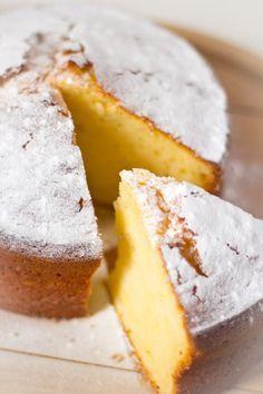 Recept yoghurt cake. Een frisse cake gemaakt met Griekse yoghurt. Een snel en eenvoudig recept. Voor bij de koffie of een uitgebreide brunch.