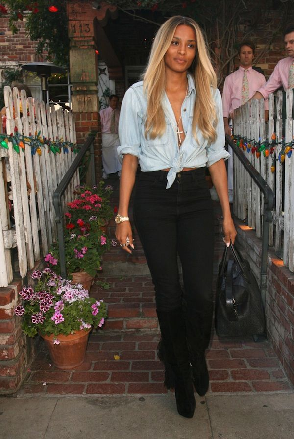 Ciara, beautiful hair color and without makeup she still manages to turn heads. Notice how all of the men have their eyes glued on her as she walks by.....Gorgeous!!