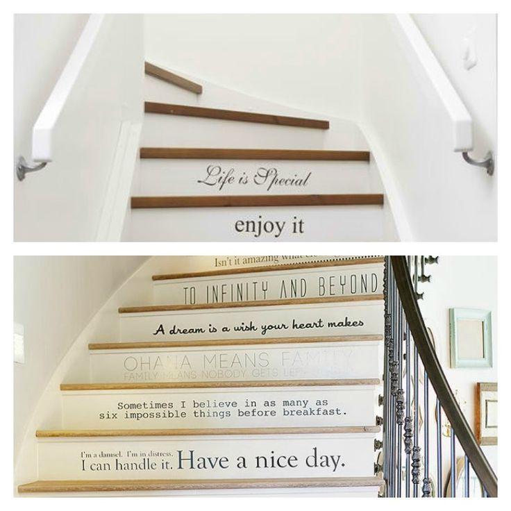 déco d'escalier en bois avec citations en noir et blanc