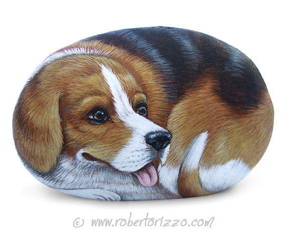 Dulce Beagle pintada en una piedra de mar | Arte rupestre por Roberto Rizzo