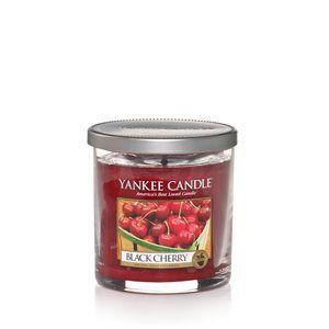 7 Oz Tumbler-Black Cherry Den otroligt delikata sötman hos fylliga, mogna svarta körsbär.  En vekad cylinder tumbler med borstat aluminiumlock som kan användas som underlägg till ljuset. Perfekt present att ge bort.Produktinformation Décor serien har en elegant ren glasdesign som passar allt från klassiska till moderna stilar med etikett som enkelt kan tas bort för en stilren inredning. #YankeeCandle #BlackCherry #Frukt #Körsbär #Doftljus #GlassPillar #StilrenDesign
