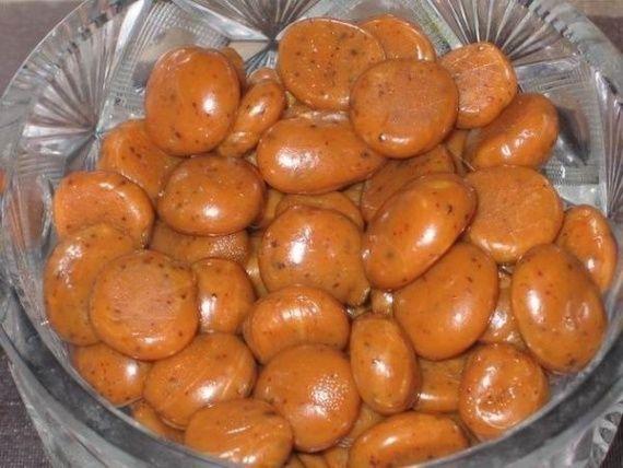 Ириски в домашних условиях с шоколадной крошкой Ириски — одно из любимейших лакомств, которое мы помним из детства. Ириски в домашних условиях с шоколадной крошкой — это знакомый вкус с шоколадной изюминкой внутри.   Ингредиенты:  200 гр мёда 80 гр сахарного песка 80 гр сметаны шоколадная стружка по вкусу