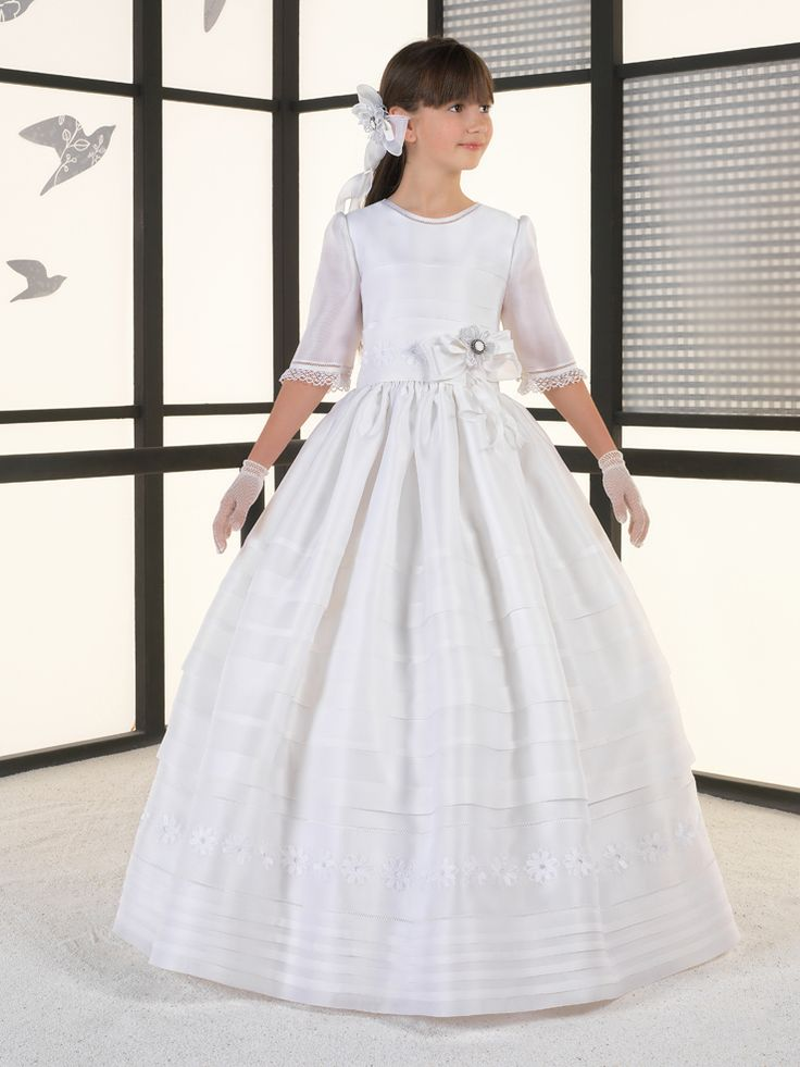 Mod. 5306 Original vestido con mangas 3/4 en organza color beige mate claro. Falda con jaretas y detalles de margaritas en la cintura y la falda. Precio 550€ con el dto. del 20% llévatelo por 440€!!! (antes del 31 de diciembre)