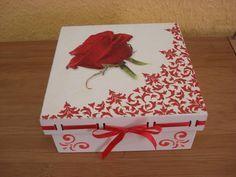 Delicada e decorativa caixa passa fita, útil para acomodar os acessórios femininos !!!