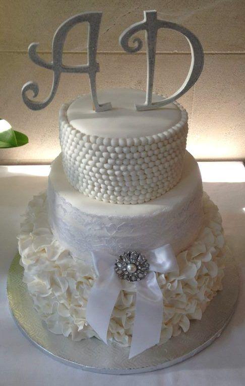 Gâteau vintage-chic, perles, broche et dentelle sont à l'honneur