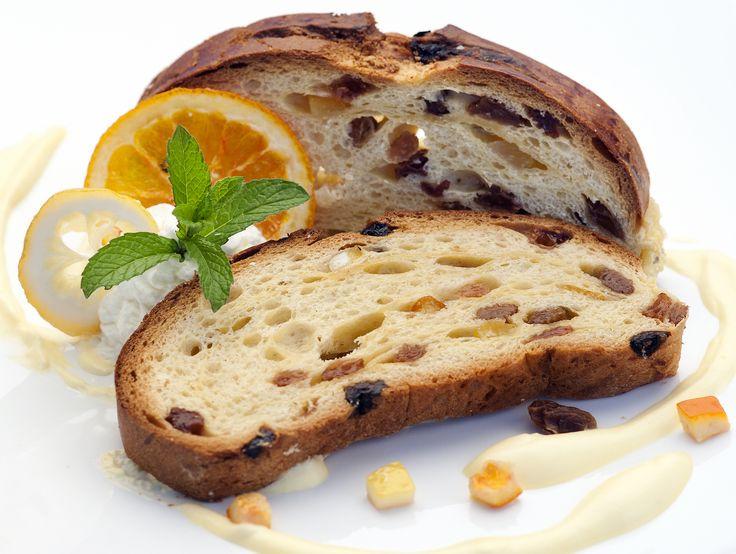 """RESCA o """"resta"""" o """"lisca Pasquale"""" dolce tradizionale Lombardo, tipico del Lago di Como, un classico del periodo Pasquale. Focaccia dolce preparata con acqua, farina bianca00, lievito, uova, uvetta, frutta candita, burro, zucchero semolato e un pizzico di sale. Dopo tre lievitazioni viene infilato un ramoscello di ulivo all'interno dell'impasto, data una forma di pesce con sul dorso inciso un disegno che ricorda la lisca o resca. #CarnevaliLuigi https://www.facebook.com/IlBuongustaioCurioso/"""
