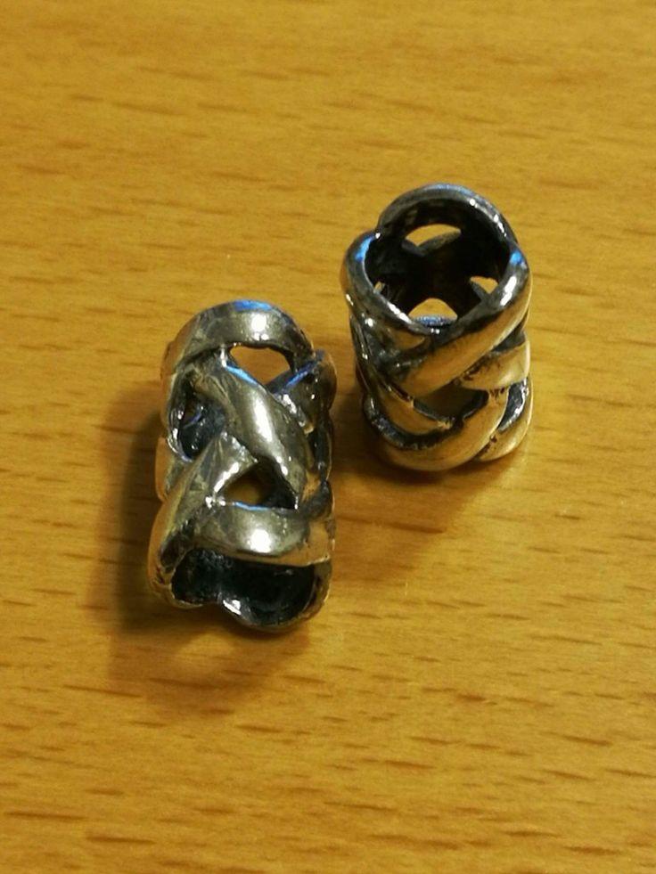 Endeløs knude,  sølvperle.  8x14mm 120 kr.
