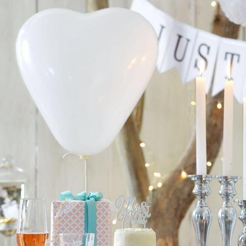 Herzluftballons sorgen für eine willkommene Überraschung. #Hochzeitsdeko #Hochzeit