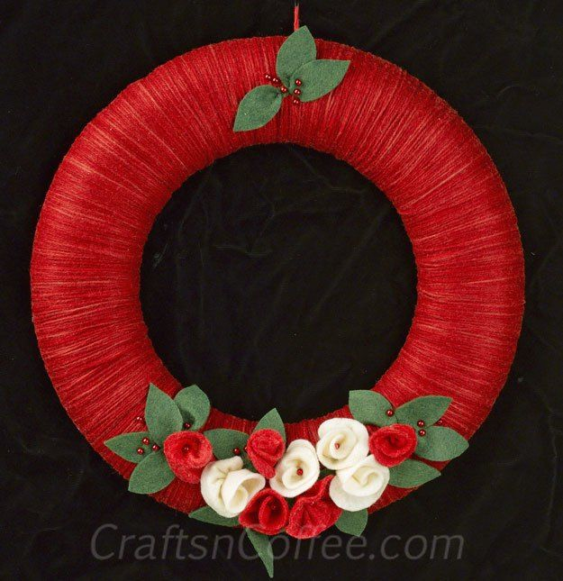 How to make a Christmas Yarn Wreath with rolled felt flowers - Crafts 'n Coffee