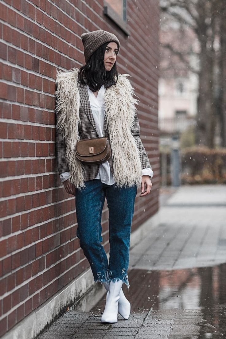 Weiße Stiefel Fashion No Go oder heißer Trend? | Outfit white boots - how to style | OOTD, Fashion, Juliesdresscode, Fake Fur, Belt Bag, Cropped Jeans | Julies Dresscode Fashion Blog | https://juliesdresscode.de
