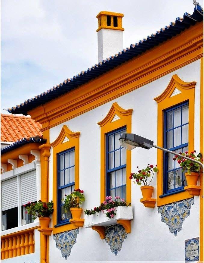 Вариант керамического загородного дома пестрого цвета в эклектичном стиле