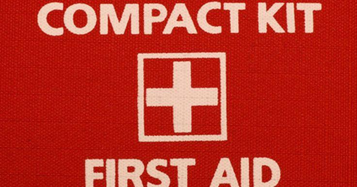 Una lista de suministros para un botiquín de primeros auxilios. Mantener un botiquín de primeros auxilios preparado y a la mano es una buena manera de estar preparado para las emergencias inesperadas, después de todo, las emergencias pueden ocurrir en cualquier momento. Mantén un botiquín de primeros auxilios en el auto y en la casa donde se pueda acceder fácilmente. Los botiquines de primeros auxilios se ...
