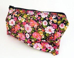 Bolsito neceser con flores rosas y fondo negro