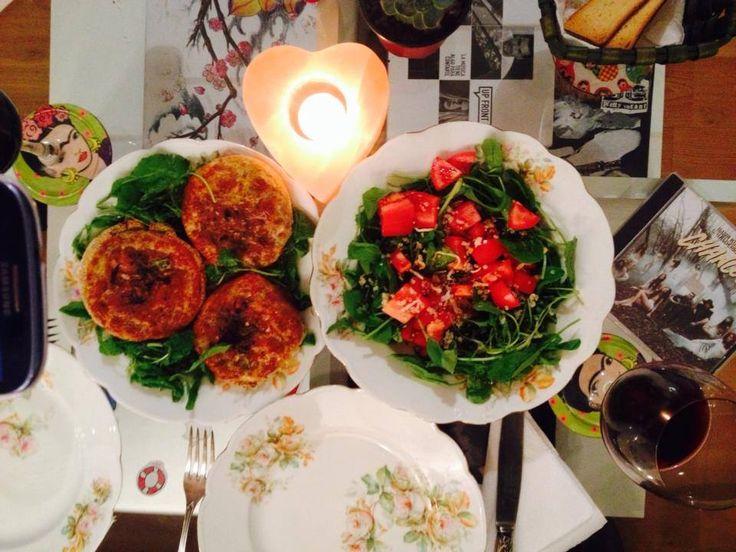 Alta cena, rica, sana y sencilla! Medallones de brocoli: brocoli, tomates secos, harina integral, harina de almendras y condimentos naturales. + ensalada de rucula, tomate y semillas de mostaza.  Y lo acompañamos con una copita de vino tinto.   Dato: el brocoli mejora el sistema inmune, protege al corazón, la piel y es desintoxicante.  Típs:este tipo de medallones conviene acompañarlo con ensalada de verduras crudas, y remplazamos la sal por mostaza, así realzamos el sabor.