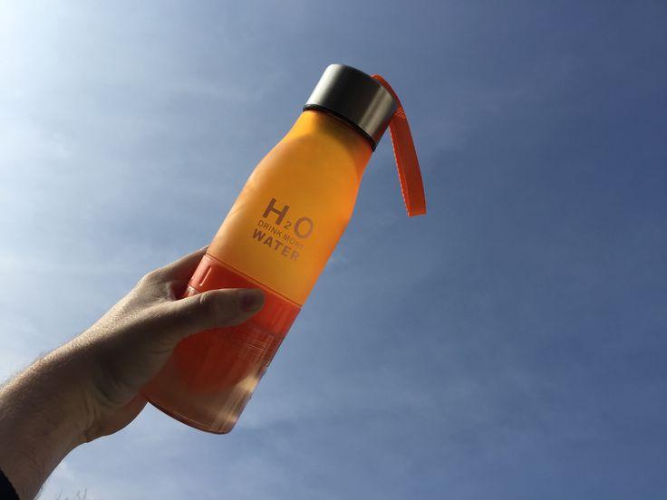 H2O 650ml isotonisch-Wasser-Trinkflasche mit integrierter Zitruspresse, blau