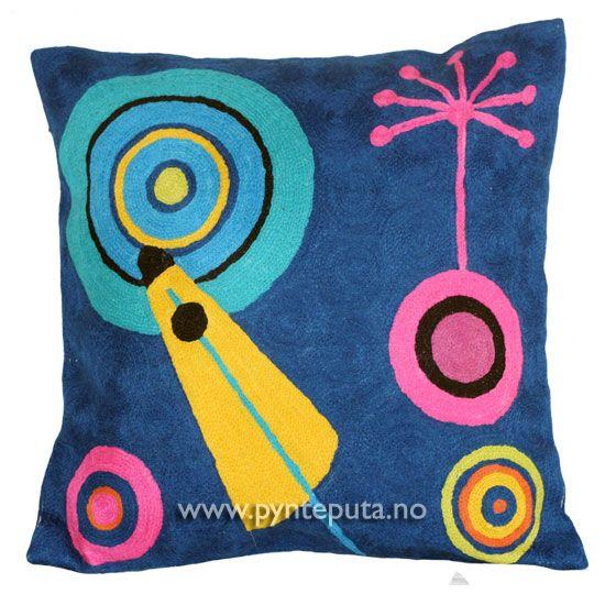 """Pyntepute """"Stjerneskip"""" Putetrekket er brodert i ull og mange lekre farger, blant annet mørk petroleumsblå bakgrunn med elementer i gul, sennepsgul, rosa, gammelrosa, turkis, oransje og svart. Fra nettbutikken www.pynteputa.no. #pyntepute #pynteputer #sofaputer #kandinsky #farger"""