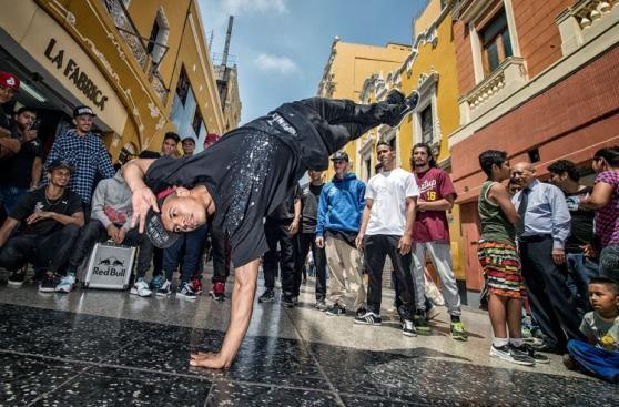Breakdancers lucieron estilo y acrobacias en las calles de Lima. Noviembre 02…