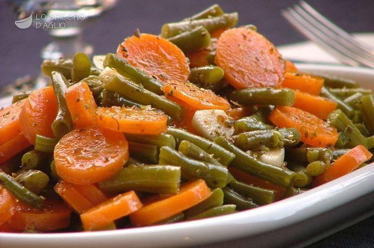 Le carote e fagiolini all'origano sono un contorno semplice, veloce da preparare e leggero, ottimo a inizio estate, quando ci sono i primi fagiolini e le carote sono ancora nel pieno della loro stagione migliore.