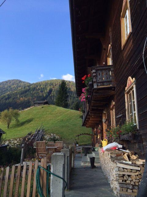 Am Wochenende sind wir aus unserem zweiwöchigen Österreich Urlaub zurückgekehrt und noch immer begeistert wie erholsam diese Tage waren. Natürlich hatten wir Glück, da wir in der Nachsaison fast allein unterwegs waren und das Wetter uns viel Sonnenschein schenkte. Wir sind mit dem Auto ins Lesachtal gefahren, das in Kärnten liegt und gleich an Osttirol angrenzt. Selten habe ich eine so naturbelassene Landschaft und wunderschön, gepflegte Bergbauernhöfe gesehen. Es erinnert uns an die gute…