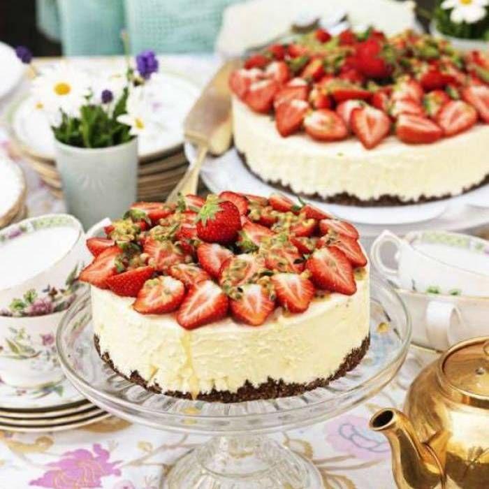 Passionsfruktsmousse, chokladbotten & jordgubbar