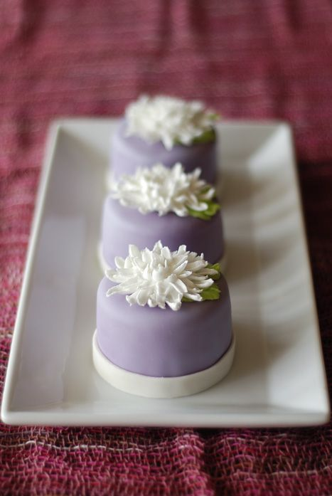 Mini guest cakes...definately change the purple to variety of wedding colors;)
