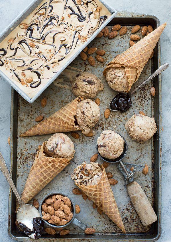 Geen churn mokka amandel onzin ijs!  Heel gemakkelijk koffie-ijs recept geladen met amandelen en hete fudge wervelingen!