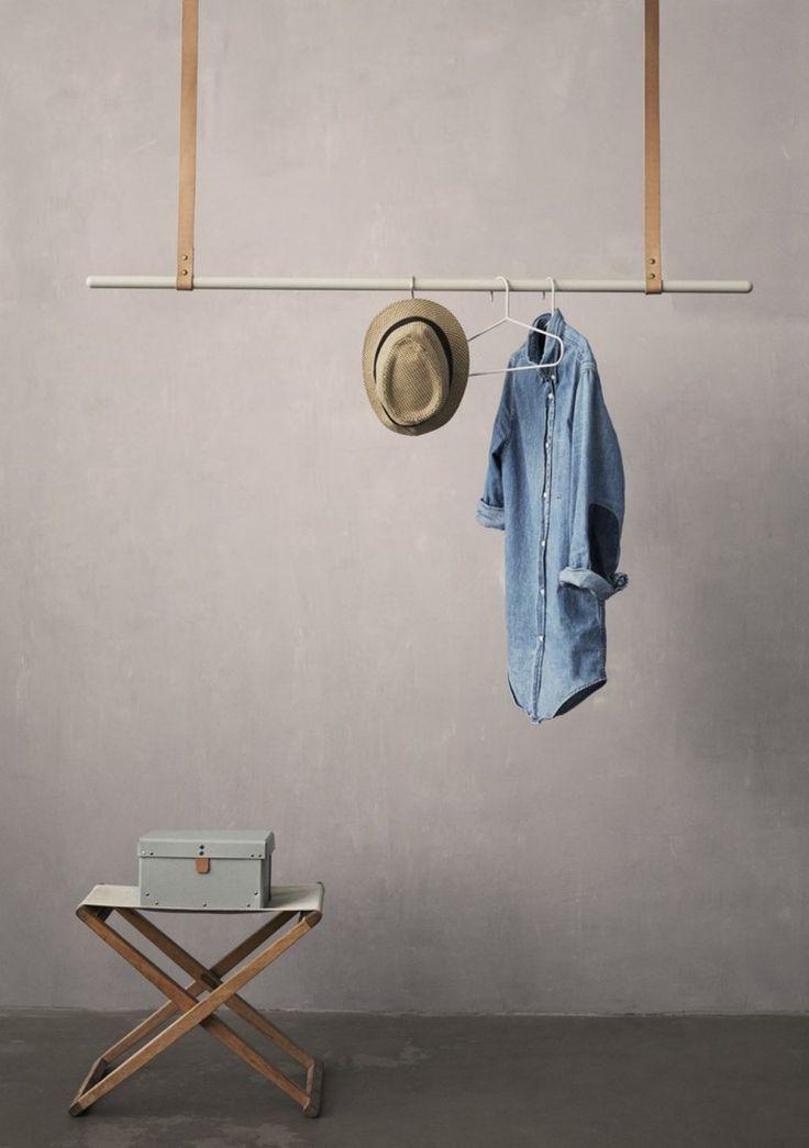 Flot løsning til jakker og frakker i garderoben eller til tøjet i soveværelset.  Varenavn: Clothes rack grå  Størrelse: L: 135 cm. Højdejusterbar: 87-107 cm Materiale: Jern med pulverlakering og seletøjs-læderbælter  Varenavn: Ferm Living cloth rack  Du skal selv tilkøbe kroge til ophæng. Bæreevne på Clothes rack afhænger af hvilket loft man har og hvilke ophæng man bruger. Så spørg i byggemarkedet for at få bedst vejledning til valg af krog ift. loft..  Ferm Living har i deres garderobe…