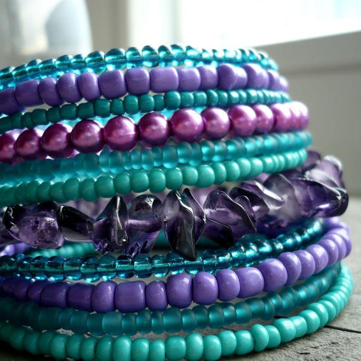Stmívání Náramek z paměťového drátu, fialových sklíček, voskovaných korálků a fialového a tyrkysového rokajlu a tyčinek. 11 otoček, průměr 6 cm, šířka 4,5 cm