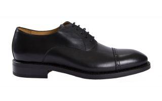 Elegancki mężczyzna potrzebuje stylowego podkreślenia swojego ubioru. Klasyczne czarne brogsy to idealna propozycja na sylwestrową noc!  Pozdrawiamy, Bmbutik.pl