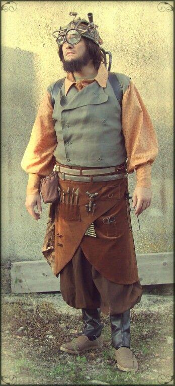 El Mathomero Steampunk. Pantalones bombachos con polainas, delantal de pana para herramientas, camisa y chaleco de doble botonadura. Con la corona del Rey Relojero