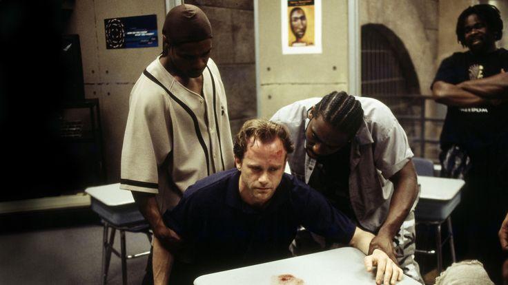 Oz. Ese es el nombre en las calles para el Centro Penitenciario de Máxima Seguridad Ciudad Esmeralda. Oz es consecuencia. Oz es justo castigo. ¿Quieres castigar a un hombre? Sepáralo de su familia, sepáralo de sí mismo y enciérralo con los de su clase. Oz son tiempos difíciles pasando momentos difíciles. En 1997, hace casi …