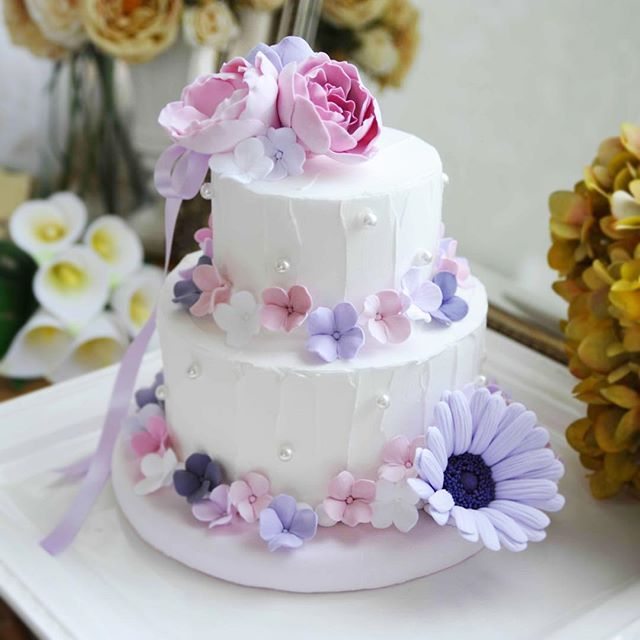 お嬢様のファーストバースデーにオーダー頂きました パープルとピンクの組み合わせで、大きめのお花も入れてお作りさせて頂きました。 . ケーキに合わせたピンク色でクレイ製のお皿をお付けしましたので、ケーキスタンドなしでそのまま置いて頂けます✨ . #クレイケーキ #クレイフラワー #ファーストバースデー #バースデー #バースデーフォト #バースデーケーキ #clayart #clayflowers #撮影小物 #フォトスタジオ #ウェディングフォト #記念日 #ハーフバースデー#ウェディング #ウェディングケーキ #ウェディングドレス #ウェルカムスペース #ウェルカムボード #リゾートウェディング #プレ花嫁 #結婚式準備 #2016秋婚 #2016冬婚 #2017春婚