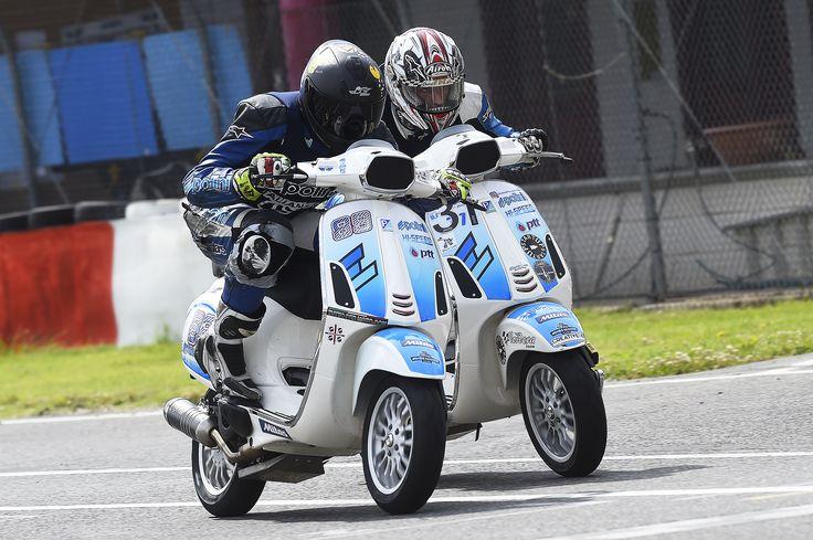 ✊️  #polini #race #madeinitaly #vespa #4t #4stroke #sport #fight #lotta #white #blue #bianco #blu #sfida #challenge #epic #fun #divertimento #engine #motori #moto #bike #scooter #safetyfirst #speed #velocità #fast