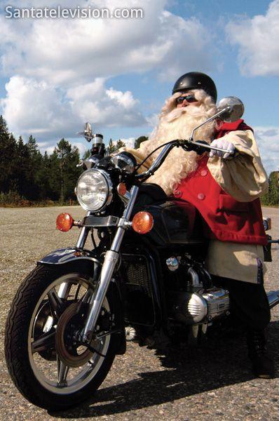 Le Père Noël motard sur la route en Laponie Finlande