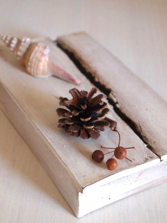 サイズ:13×21×高さ3.5(cm)素材:陶器古い木箱が朽ちたような花入れ。Deskまわりや出窓など、スペースをとらずにさりげなくグ...|ハンドメイド、手作り、手仕事品の通販・販売・購入ならCreema。