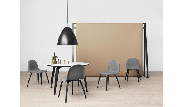 Der Gubi Dining Table wurde 2013 vom Designstudio Komplot