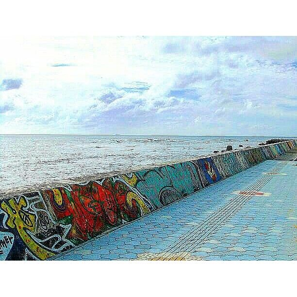 【jinke_2】さんのInstagramをピンしています。 《もう宮古島の景色は諦めた🌀☔☁… 雨でも暴風でも関係ない海の中だけ楽しむ!(T^T) 砂辺海岸はホテルの送迎で通ったり、浜屋そば食べるだけで何回行ったか分からないけど、1回も海に入った事ないなぁ… #沖縄#宮古島#石垣島#北谷#砂辺海岸#海#空#雲#堤防#落書き#浜屋そば#駐禁注意#okinawa#japan#sea#ocean#sky#cloud#art#breakwater #view》