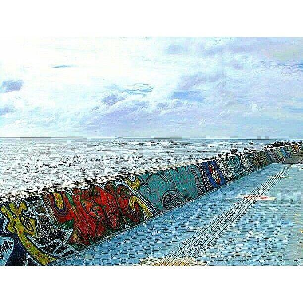 【jinke_2】さんのInstagramをピンしています。 《もう宮古島の景色は諦めた☔☁… 雨でも暴風でも関係ない海の中だけ楽しむ!(T^T)  砂辺海岸はホテルの送迎で通ったり、浜屋そば食べるだけで何回行ったか分からないけど、1回も海に入った事ないなぁ…  #沖縄#宮古島#石垣島#北谷#砂辺海岸#海#空#雲#堤防#落書き#浜屋そば#駐禁注意#okinawa#japan#sea#ocean#sky#cloud#art#breakwater #view》