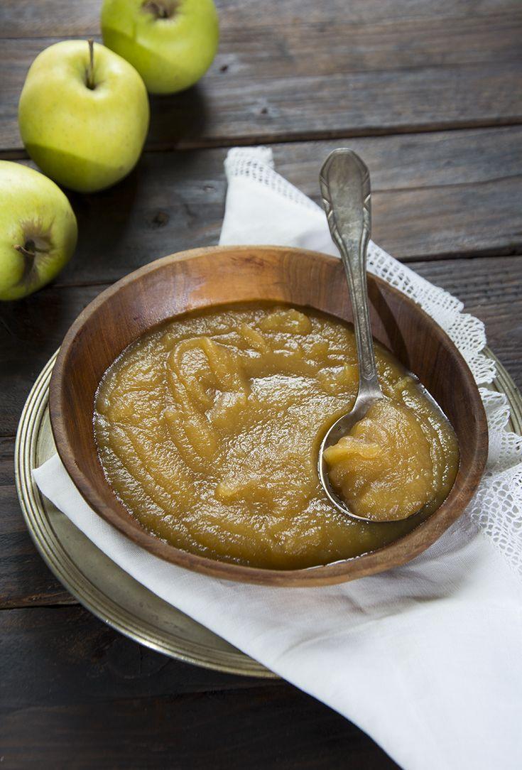 """El """"Puréde manzana"""" es una guarnición idealpara acompañar cualquier tipo de carne, especialmente aquellas que por sus características resulten más grasas. Su textura y su sabor combina a la perfección y acertarás siempre. Puedes tenerlo hecho con antelación y templarlo antes de servir, o presentarlo frío que es como más me gusta. Puré de manzana. …"""