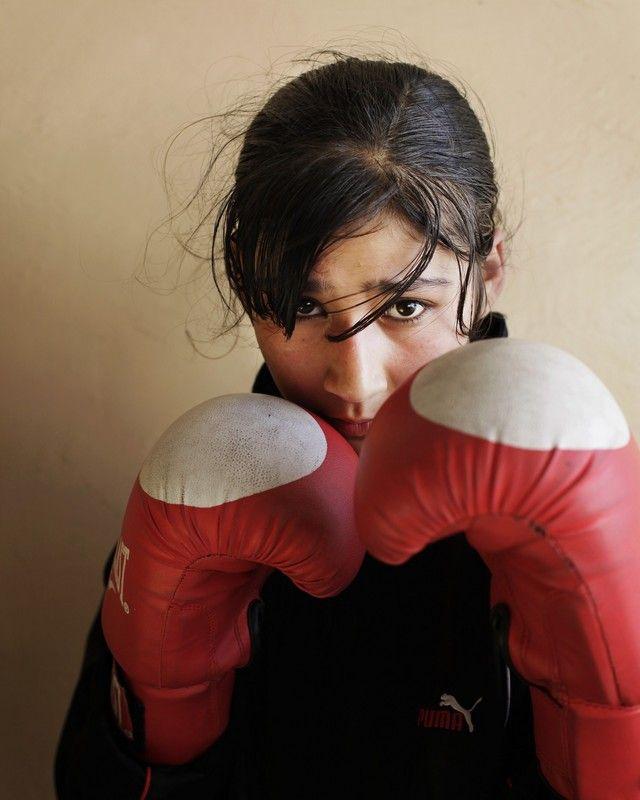 Samiya Assisiaj, 16. Boksen werd door de Taliban verboden in Afghanistan, maar komt nu terug. Het eerste Afghaanse vrouwelijke boks-team in de geschiedenis heeft hard gevochten om geaccepteerd te worden door de maatschappij. De vrouwen, 14-20 jaar, trainen nu in een oud Stadion dat eens gebruikt werd voor executies van de Taliban. Foto: Abbie Trayler-Smith/ Oxfam Novib